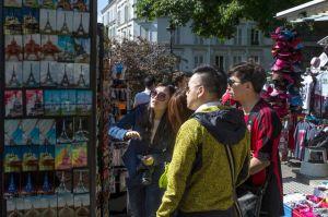 des-touristes-chinois-dans-le-quartier-de-montmartre-a-paris-le-16-mai-2014_4902481